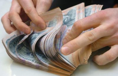 Rengeteg pénzt vett ki a lakosság a bankokból